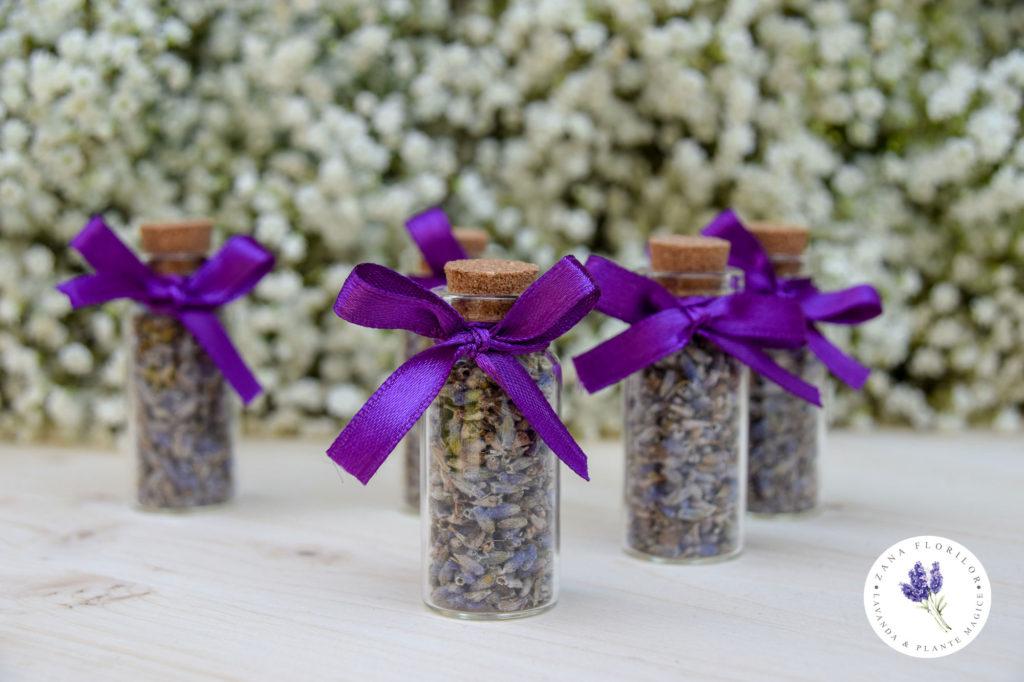 Marturie mini sticluta umpluta cu floare de lavanda, personalizata cu eticheta cu numele mirilor si fundita © ZanaFlorilor.eu